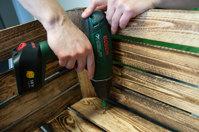 Upcycling-Hocker aus Obstkiste bauen