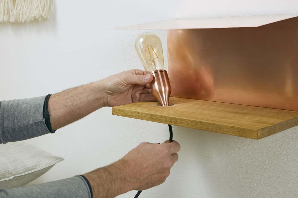 edler nachttisch mit lampe diy academy. Black Bedroom Furniture Sets. Home Design Ideas