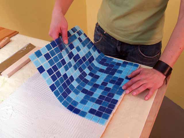 Mosaikfliesen auflegen
