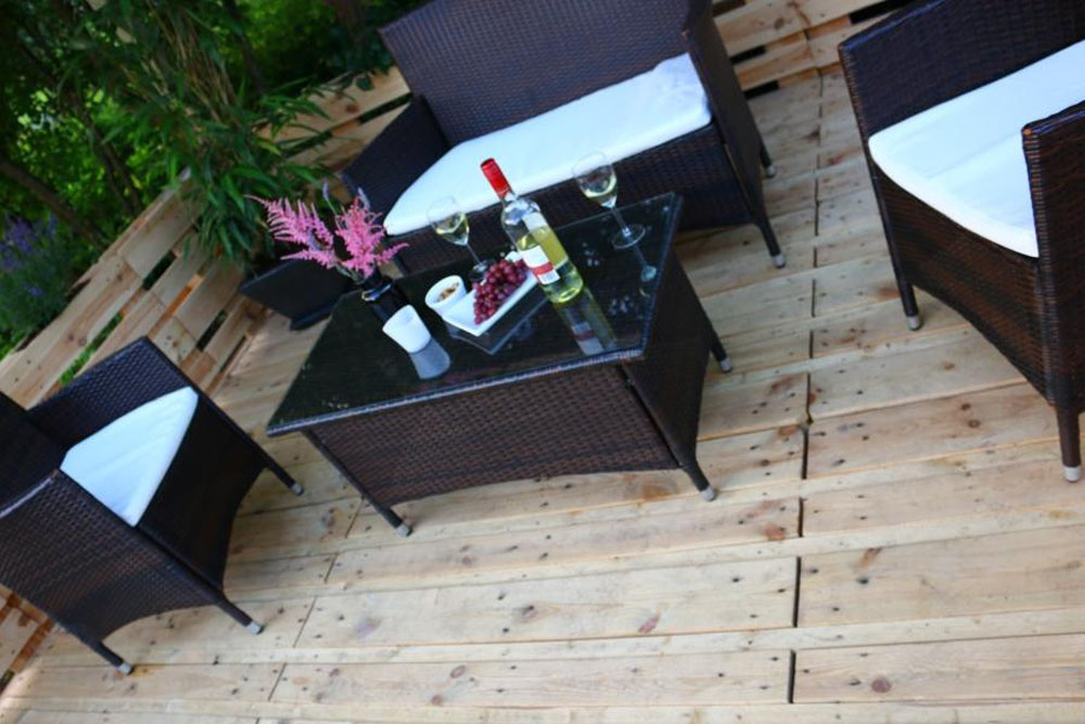 berdachte terrasse aus paletten bauen. Black Bedroom Furniture Sets. Home Design Ideas