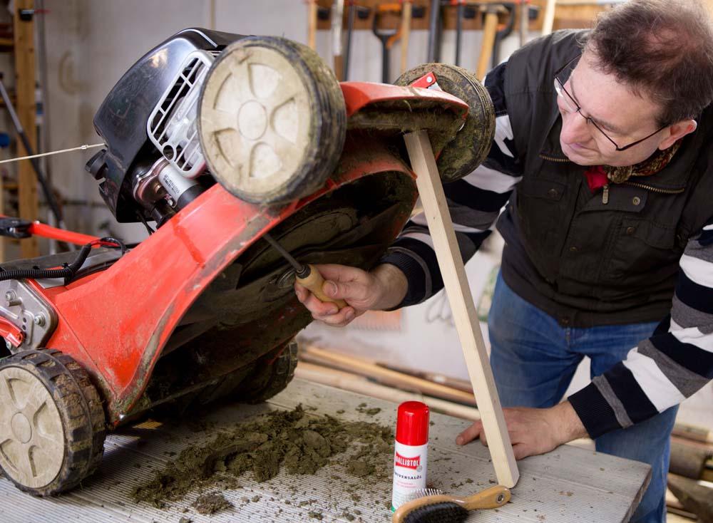 Berühmt So einfach geht der Ölwechsel beim Rasenmäher | DIY Academy #CK_41